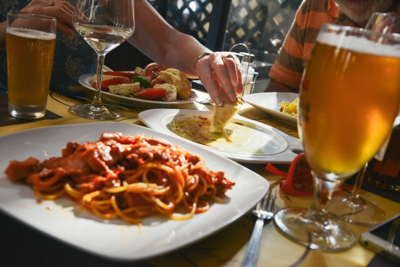spaghetti-and-beer-on-table-in-restaurant