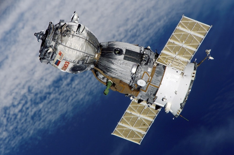 satellite-soyuz-spaceship-space-station-41006-large