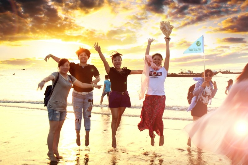 1-happy-tourists-on-beach
