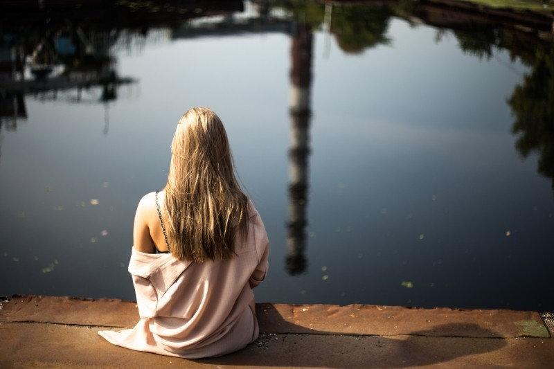 blonde-woman-looking-at-lake