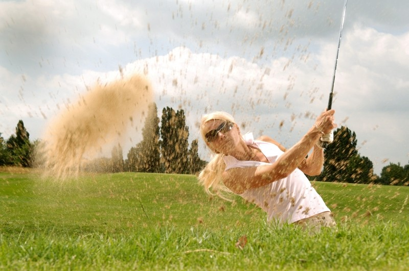 blonde-woman-playing-golf