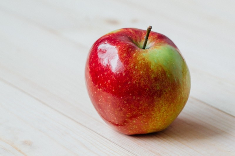 apple-on-wooden-table