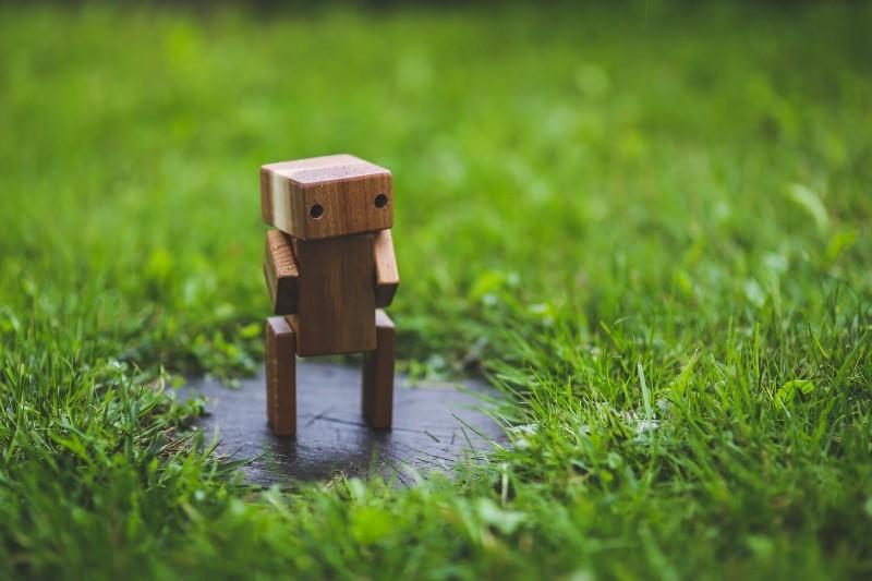 wooden-robot-grass-lawn-green-handmade-diy