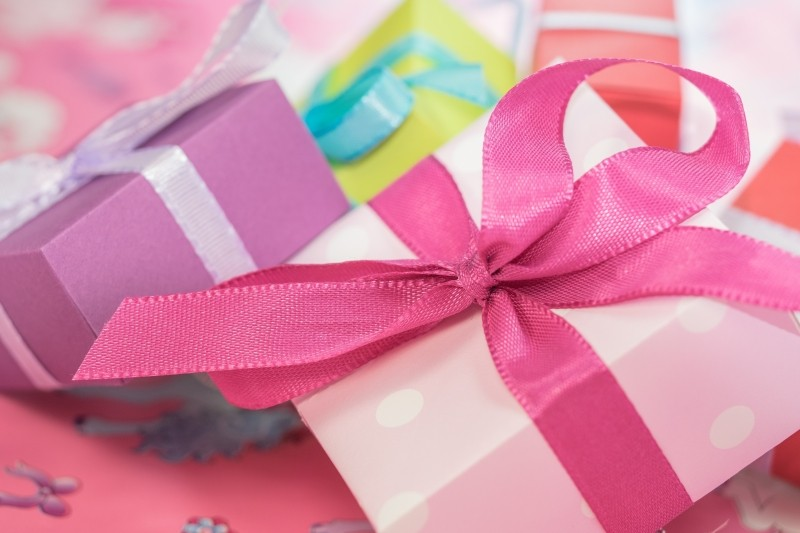 close-up-of-colorful-gifts-with-ribbons