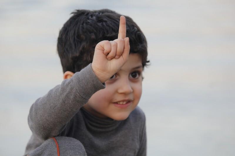 kid-finger-up-child-happy-iraq-baghdad